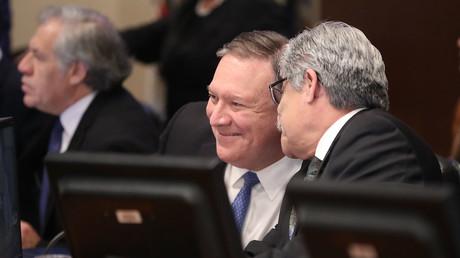 US-Außenminister Mike Pompeo spricht mit Carlos Alberto Calles Castillo, Vorsitzender des Ständigen Rates, während einer Sitzung des Rates der Organisation Amerikanischer Staaten (OAS) am 24. Januar 2019.
