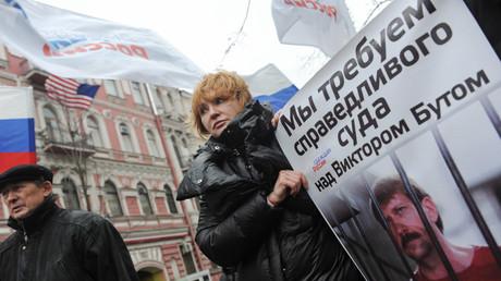 Russlands Außenministerium warnt erneut vor Entführungen durch US-Behörden im Ausland (Alla But, Frau von Wiktor But, bei einer Versammlung vor dem US-Konsulat in Sankt-Petersburg zusammen mit Aktivisten der Bewegung