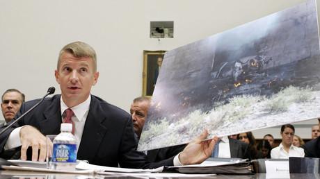 Erik Prince präsentiert in einer Anhörung in Washington ein Bild eines im Irak zerstörten Fahrzeugs.