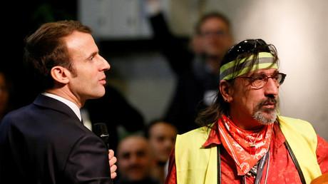 Emmanuel Macron und ein Gelbwesten-Aktivist während der