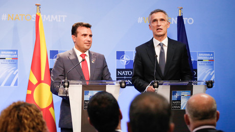 Ministerpräsident Mazedoniens Zoran Zaev (l.) und NATO-Generalsekretär Jens Stoltenberg am 12. Juli 2018 in Brüssel, in Belgien, bei der feierlichen Unterzeichnung der Einleitung des Beitrittsprozesses.