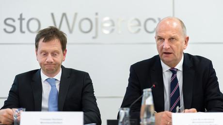 Michael Kretschmer (CDU, l.), Ministerpräsident des Freistaates Sachsen, und Dietmar Woidke (SPD), Ministerpräsident des Landes Brandenburg, hier bei der Sitzung der