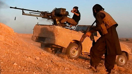 Russisches Militär: Terroristen beschießen Wohnorte von Deeskalationszone in Idlib aus  (Symbolbild: Mitglieder der Terrormiliz Islamischer Staat auf Pick-Up mit Maschinenkanone östlich von Hama in Syrien. Stillbild aus IS-Propagandavideo, Veröffentlichungsdatum 20.Oktober 2017. )