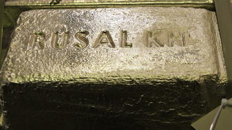 US-Sanktionen gegen Rusal aufgehoben – gegen Besitzer Deripaska bestehen sie weiter (Symbolbild: Aluminiumbarren aus der Fertigung einer Aluminiumhütte im Besitz von Rusal in Sajany, 22.11.2012)