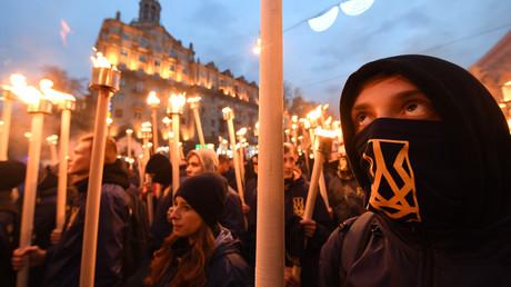 Ukrainische Rechtsextreme halten während eines Marsches in Kiew am 14. Oktober 2017 Fackeln in der Hand. Zehntausende von Rechtsextremen versammelten sich am in der ukrainischen Hauptstadt, um den 75. Jahrestag der Gründung der Ukrainischen Aufständischen Armee (UPA) zu feiern.
