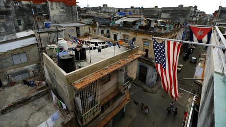US-amerikanische und kubanische Flaggen auf einem Balkon in Havanna, Kuba, 19. März 2016.