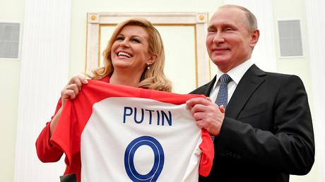 Die kroatische Präsidentin Kolinda Grabar-Kitarovic (L) übergibt dem russischen Präsidenten Vladimir Putin während ihres Treffens im Kreml am 15. Juli 2018 ein Trikot der kroatischen Fußballnationalmannschaft mit dem Namen Putin.