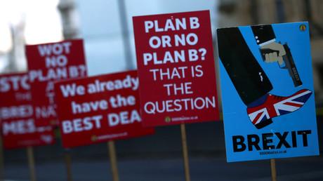 Plakate der Brexit-Gegener vor dem britischen Parlament, das am Dienstag über weiteren Kurs bezüglich des EU-Austritts abstimmen soll.