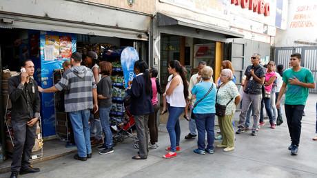 Schlangen vor Geschäften gehören in Venezuela zum Alltag. Die Warenknappheit ist auch den Sanktionen geschuldet, die der Westen gegen das Land verhängt hat.