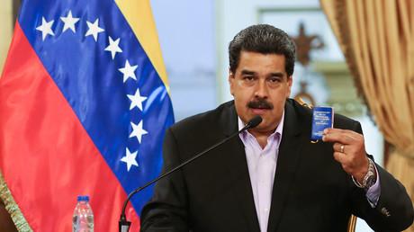 Venezuelas Präsident Nicolás Maduro hält am 28. Januar 2019 während eines Treffens eine Kopie der venezolanischen Verfassung in der Hand. Er traf sich in Caracas mit Vertretern des venezolanischen diplomatischen Corps nach ihrer Ankunft aus den USA.