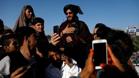 Ein Selfie mit einem Taliban. Kabul, Afghanistan, am 16. Juni 2018.