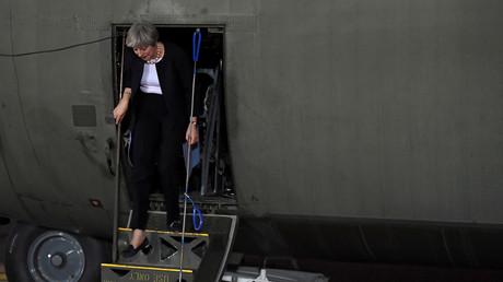 Symbolbild: Theresa May, britische Premierministerin steigt aus einem Hercules Transportflugzeug, Riad, Saudi-Arabien, 29. November 2017.