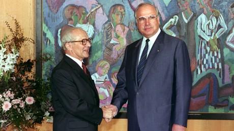 DDR-Staatschef Erich Honecker (links) und der westdeutsche Bundeskanzler Helmut Kohl (rechts)