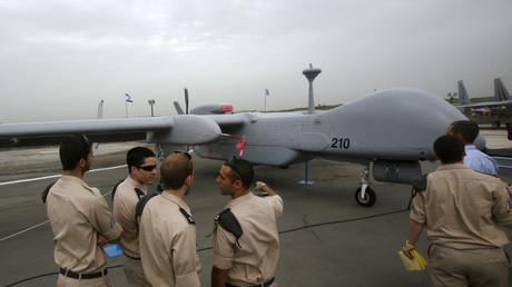 Israelische Soldaten und die Heron TP Drohne auf dem Tel Nof Stützpunkt, Februar 2010.