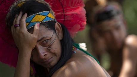 Eine Frau des Pataxó-Stammes in Brasilien weint um ihre Angehörigen, die durch eine Schlammlawine nach einem Dammbruch einer Eisenerzmine am 25. Januar ums Leben gekommen sind.