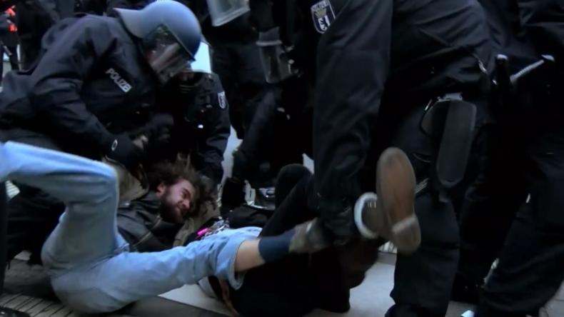 Berlin: Polizei geht gewaltsam gegen Steinkohle-Proteste vor