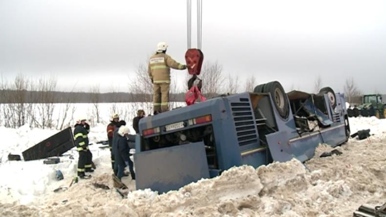 Russland: Rettungskräfte bergen Trümmer und Leichen am Ort des tödlichen Busunfalls