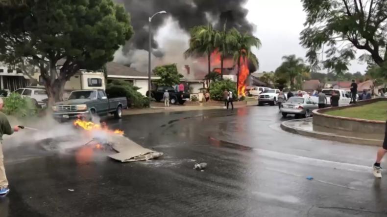 USA: Brennende Trümmer auf den Straßen nach Flugzeugabsturz in Orange County