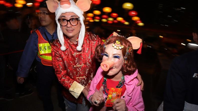"""Chinesen begrüßen das """"Jahr des Schweines"""""""