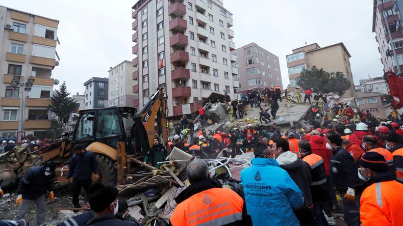 Siebenstöckiges Haus stürzt in Istanbul ein