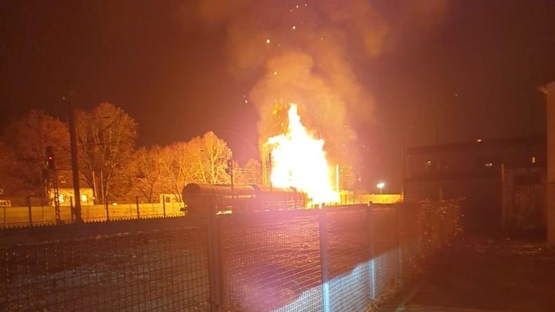 Güterwaggons mit Spraydosen in Flammen – Großeinsatz in Rheinland-Pfalz