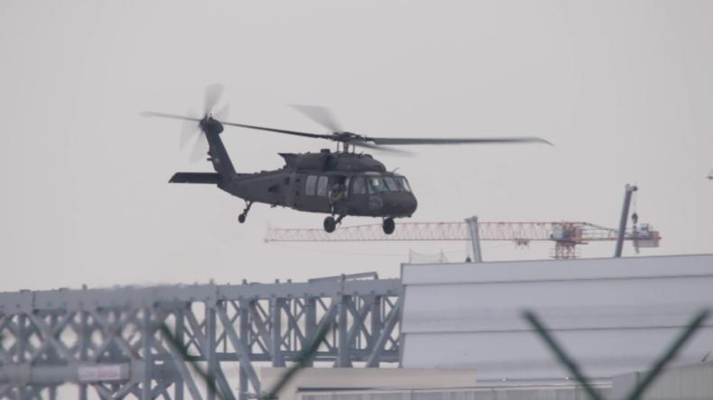 """Geschwader von zehn US-""""Black Hawk""""-Militärhubschraubern startet von Dresdner Flughafen"""