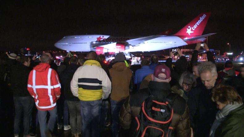 Amsterdam: Boeing 747 stoppt Autobahnverkehr auf dem Weg zum Airport Hotel