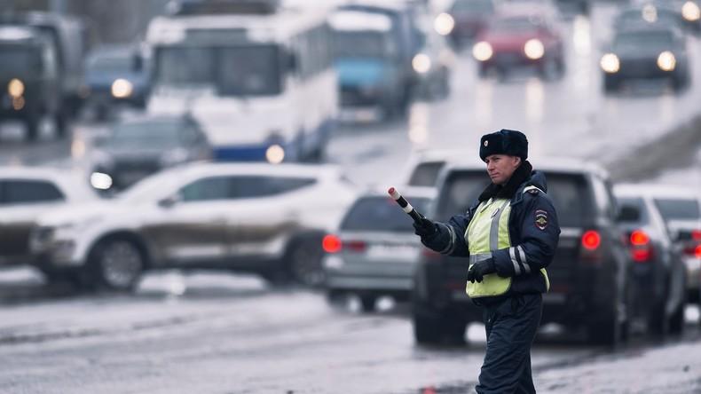 Russland: Verkehrspolizei nutzt Autofahrer als menschliche Schutzschilde (Video)