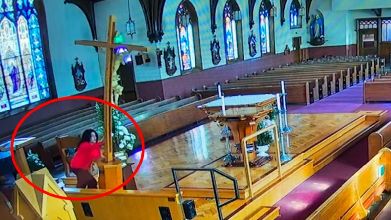 Vom Teufel geritten? Überwachungskamera filmt Frau, die in Kirche randaliert