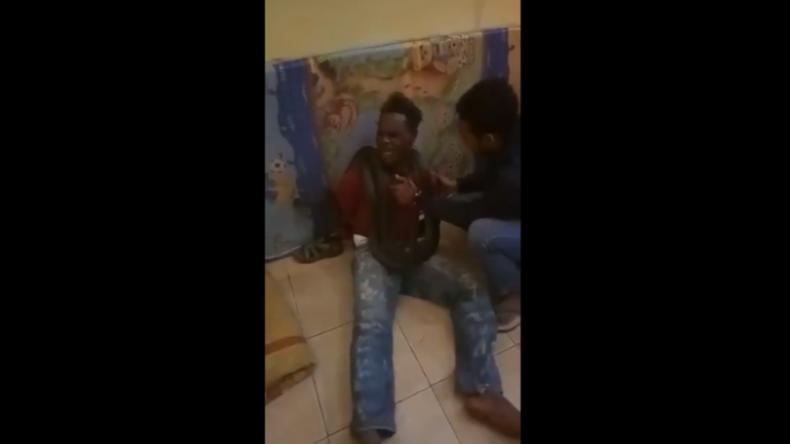 Polizisten lachend bei Verhör gefilmt: Gefesseltem Verdächtigen mit Schlange Furcht eingejagt