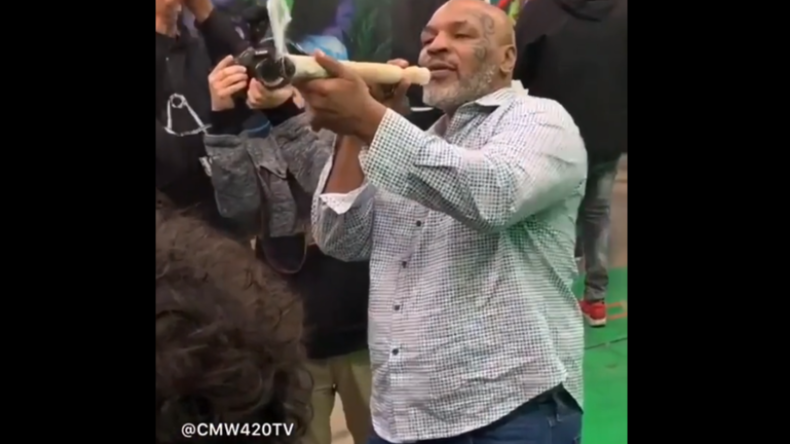 Box-Legende und Cannabis-Züchter Mike Tyson raucht auf Festival Riesen-Joint