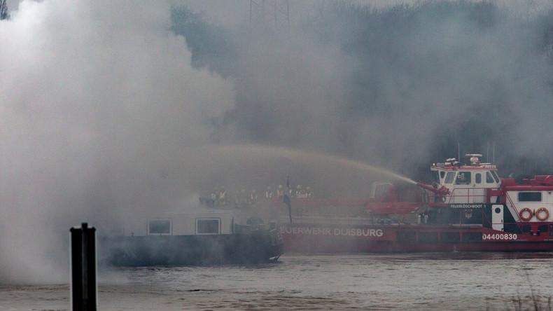 Brennender Frachter mit 1.000 Tonnen Kohle auf dem Rhein: Zwei Löschboote im Einsatz