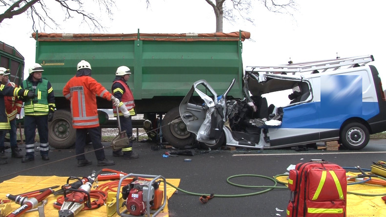 Russland: Lastwagen schleift Minivan nach Auffahrunfall zwei Kilometer über die Straße