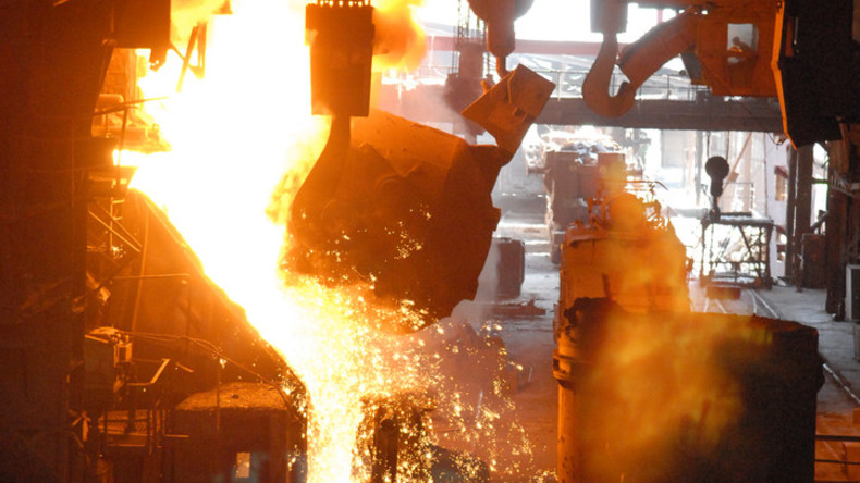Explosion in russischer Metallgießerei: Zwei Kranführer getötet, Betriebshalle ohne Dach