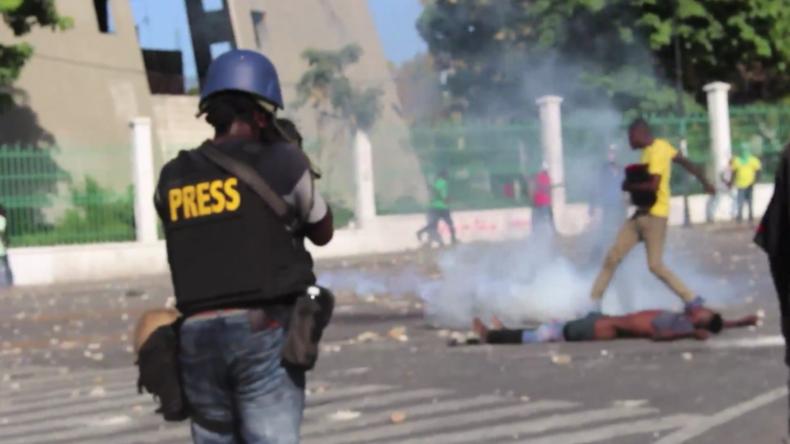 Haiti: Demonstranten decken Polizei mit Steinen ein
