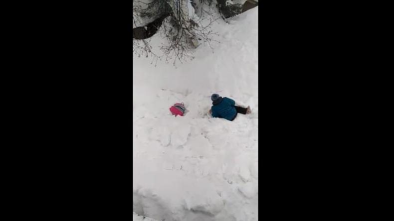 """""""Ich kann mich nicht bewegen"""" – Russisches Dorf auf Kamtschatka trotzt gewaltiger Schneedecke"""