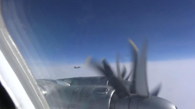 Japanische Kampfflugzeuge beschatten russische Bomber