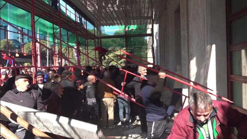 Massiver Protest in Albanien: Demonstranten versuchen, Haus des Ministerpräsidenten zu stürmen