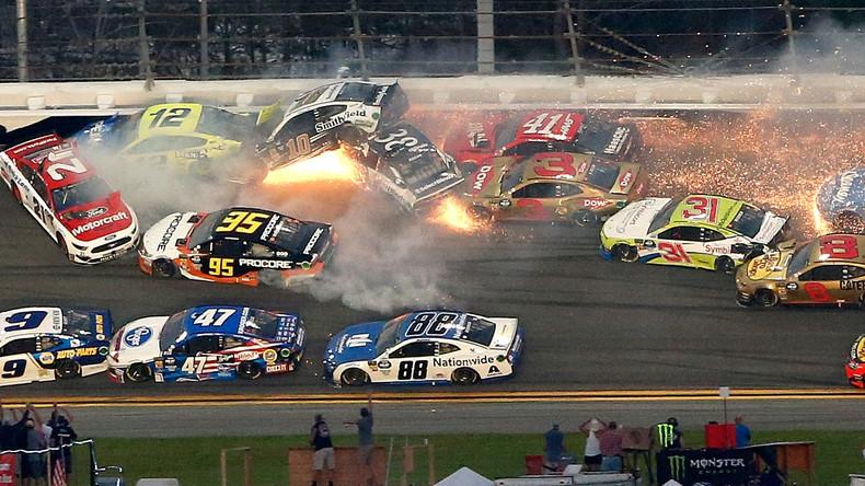 Massenkarambolage bei Daytona 500 – 21 Autos auf einen Schlag aus dem Rennen (Video)