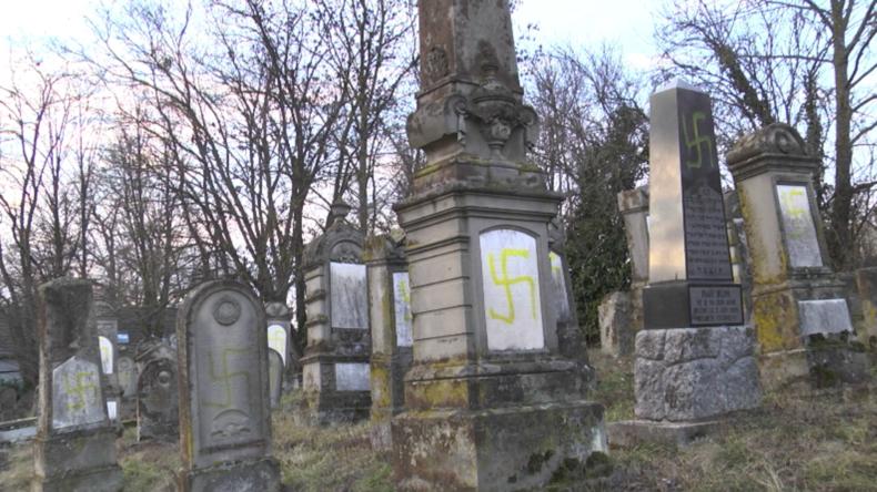 Abscheuliche Aktion in Frankreich: Dutzende jüdische Gräber mit Hakenkreuzen beschmiert