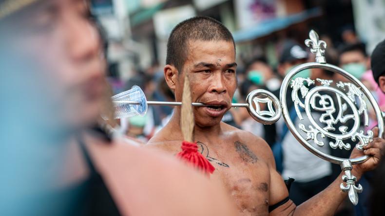 Eisen durch die Wange: Cap Go Meh – Abschluss der chinesischen Neujahrfeierlichkeiten in Indonesien