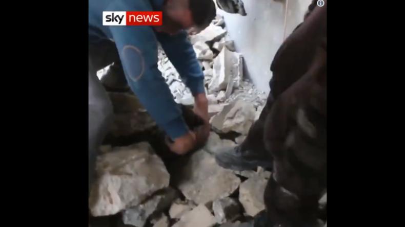 """Neues Weißhelme-Video von """"Welpen-Rettung"""" sorgt im Netz für Skepsis und Fake-Vorwürfe"""