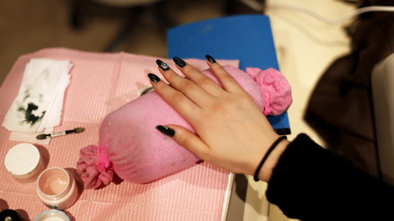 Gericht untersagt Betreuerin lange Fingernägel in Altenheim