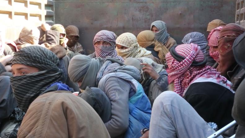 """Syrien: Alles Terroristen? – Lkw mit """"maskierten, evakuierten"""" Männern verlassen die IS-Enklave"""