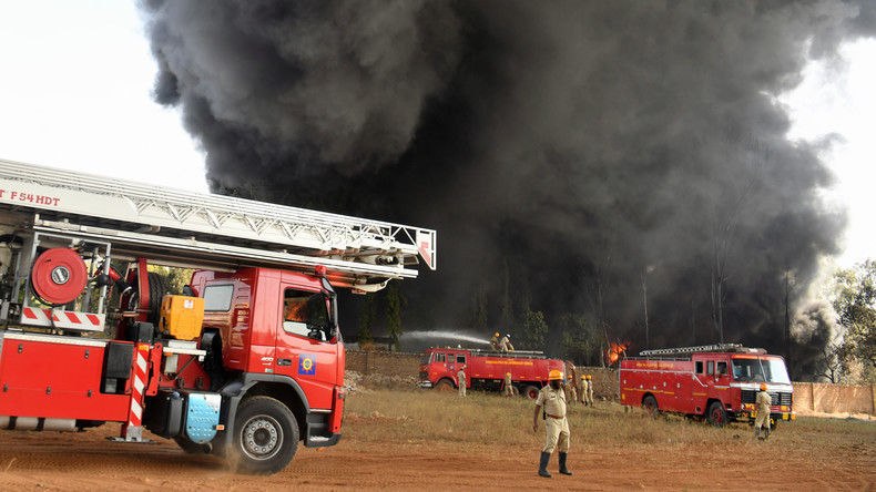 Rund 300 Fahrzeuge brennen auf Parkplatz in Indien ab: Luftfahrtmesse muss vorübergehend schließen