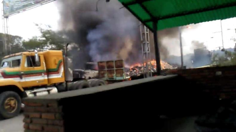 """Kolumbien/Venezuela: Lastwagen mit """"humanitärer Hilfe"""" geht auf Grenzbrücke in Flammen auf"""