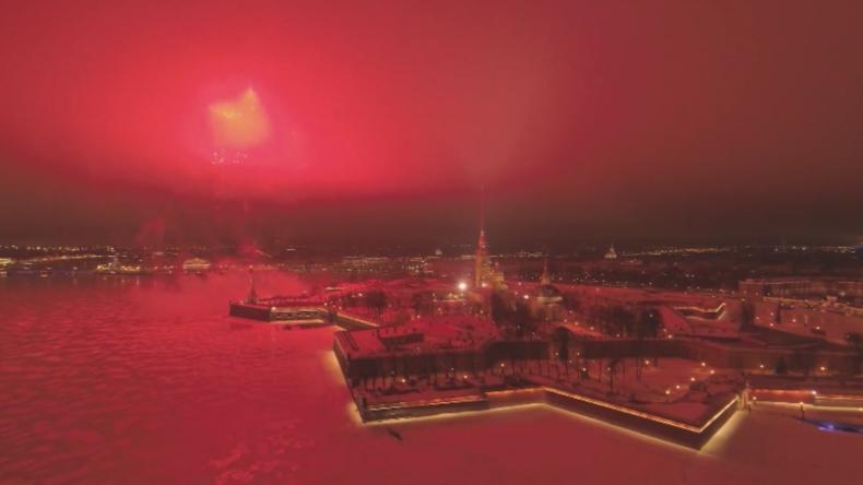 Moskau und St. Petersburg feiern Tag der Verteidiger des Vaterlandes mit atemberaubendem Feuerwerk
