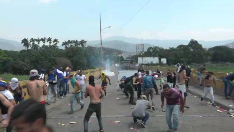 Prophezeite Eskalation an venezolanisch-kolumbianischer Grenze: Videos zeigen massive Zusammenstöße