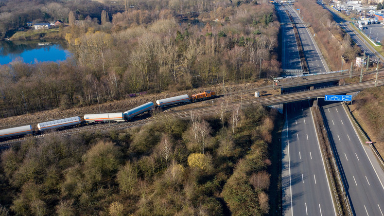 Mit Gas beladener Güterzug nahe Autobahn A40 entgleist