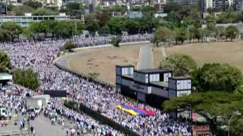 Venezuela: Guaidó ruft Menschenmassen zu Militärflughafen, um Soldaten zum Überlaufen zu bewegen